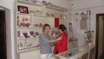 Muzej Grada Đurđevca obogatio ponudu suvenira s nakitom s motivima ženske nošnje đurđevčanki