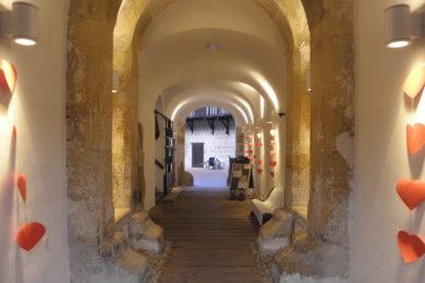 Kula utvrde Stari grad u valentinovskom ruhu
