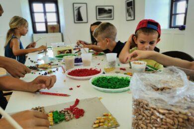 Mali kreativci izrađivali mozaike u Muzeju Grada Đurđevca